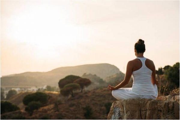 Chica meditando, retiro de conciencia y plenitud